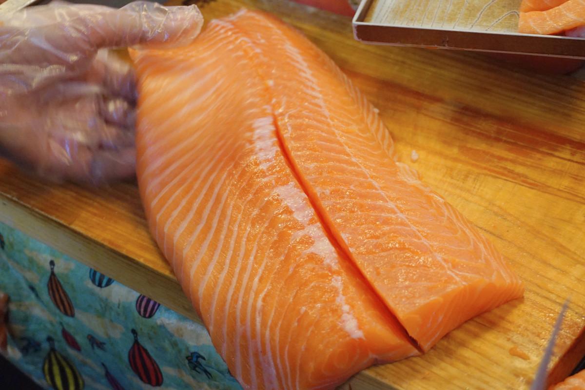 แล่ปลาแซลมอนสดๆ